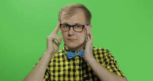 Caucasian trendiga manshowtummar upp Grabb i gul skjorta Tv? i en: 1 arkivfilmer