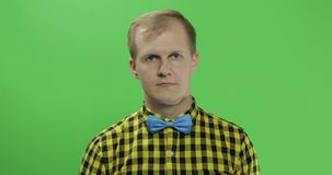 Caucasian trendiga manshowtummar upp Grabb i gul skjorta Tv? i en: 1 stock video