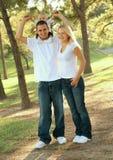 caucasian tyckande om lycklig utomhus- park för familj royaltyfri bild