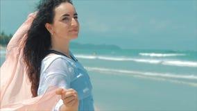Caucasian underbar brunhårig kvinna för stående på stranden slapp fokus arkivfilmer