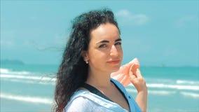 Caucasian underbar brunhårig kvinna för stående på stranden slapp fokus stock video