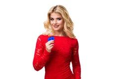 Caucasian ung kvinna med långt ljust blont hår i aftondräktinnehavet som spelar chiper isolerat poker Arkivfoto
