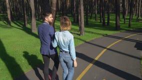 Caucasian ungdomartycker om att datera i parkera stock video
