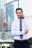 Caucasian ungt affärsmansamtal till mobiltelefonen på Hong Kong Arkivbild
