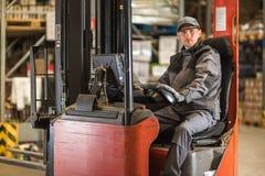 Caucasian väntande på leverans för gaffeltruckchaufför royaltyfria bilder