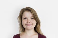 Caucasianen får fräknar flickan som ler ståenden fotografering för bildbyråer