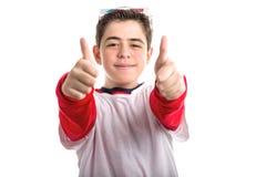Caucasianen slät-flådde pojken bär exponeringsglas 3D och gör tummar u Royaltyfri Bild