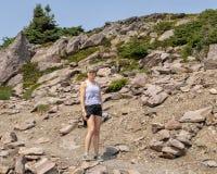 Caucasien mère de quarante-cinq ans appréciant une hausse dans le bâti Rainier National Park, Washington images stock