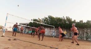 Caucasiens masculins, Arabes, Africains jouant le volleyball sur la plage Photographie stock libre de droits