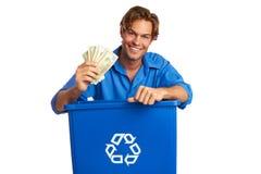 Caucasion男性与拿着金钱的回收站 免版税库存图片