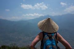 Caucasoan dziewczyna cieszy się widok blisko zdroju, Wietnam zdjęcia royalty free