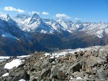 Caucasrand De bergen, de vallei en de stenen Stock Afbeeldingen