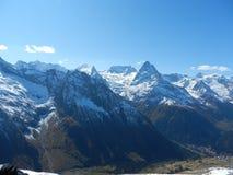 Caucasrand De bergen en de vallei Royalty-vrije Stock Foto