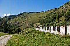 caucasus övergiven lantgård royaltyfri bild