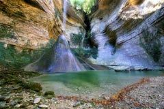 caucasus Cascada en el barranco del río Shakuran imagen de archivo