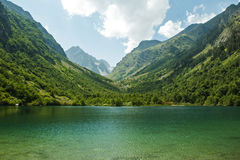 caucasus En sjö i berg arkivbild