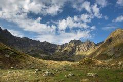 caucasus Montañas y cielo imagenes de archivo