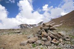 caucasus oklarheter överhopar bergpyramidstenar Fotografering för Bildbyråer