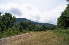 caucasus Paisajes de la monta?a Ponga verde los prados Picos de monta?a El camino a las monta?as Caminos de la monta?a Cielo y mo foto de archivo
