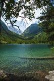 caucasus Un lago en montañas Fotografía de archivo