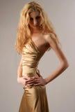 caucazian sexig klänningguldmodell Royaltyfria Bilder