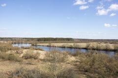 Cauce del río contra el cielo azul Imagen de archivo libre de regalías