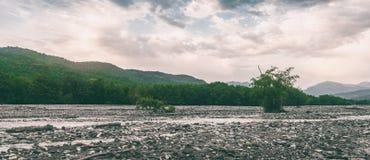 Cauce del río de un río rápido de la montaña Imagen de archivo