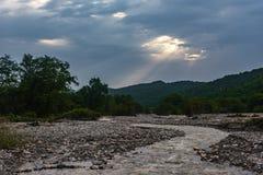 Cauce del río de un río rápido de la montaña Fotos de archivo