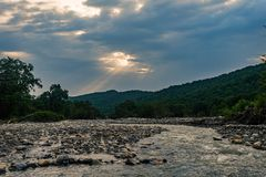 Cauce del río de un río rápido de la montaña Imagenes de archivo