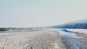 Cauce del río durante inviernos Fotos de archivo libres de regalías