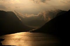 Cauce del río en las montañas Foto de archivo libre de regalías