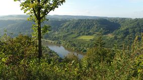 Cauce del río en primavera Imagenes de archivo