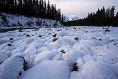 Cauce del río nevado a lo largo de la ruta verde de Icefileds fotografía de archivo libre de regalías