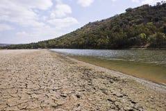 Cauce del río y río agrietados secos Fotos de archivo libres de regalías