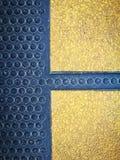 Caucho negro y amarillo con el botón de la aspereza foto de archivo libre de regalías