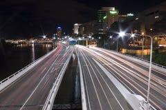 A cauda da via expressa ilumina a paisagem de Brisbane Foto de Stock