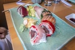 Cauda japonesa do amarelo do atum do rolo da placa do quadrado do jantar do almoço do sushi imagens de stock