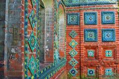 Caudas coloridas Fachada velha da igreja em Yaroslavl, Rússia fotografia de stock royalty free