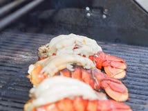 Caudas de lagosta que estão sendo grelhadas Fotografia de Stock Royalty Free