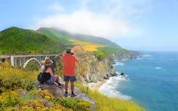 Cauple em caminhar a viagem que aprecia montanhas bonitas do verão, paisagem litoral, foto de stock