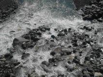Causa di un fiume cristallino Immagini Stock Libere da Diritti
