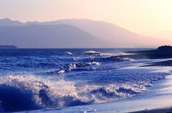 Causar um crash acena na costa andaluza Fotos de Stock