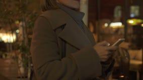 Causerie à la maison de marche de femme élégante avec des amis dans l'application de smartphone banque de vidéos