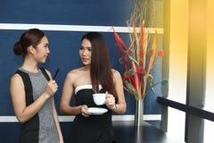 Causerie asiatique de femme d'amis intimes la belle au sujet de drôle pensent Image libre de droits