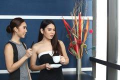 Causerie asiatique de femme d'amis intimes la belle au sujet de drôle pensent Photo libre de droits
