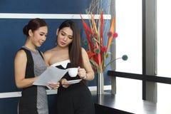 Causerie asiatique de femme d'amis intimes la belle au sujet de drôle pensent Photos libres de droits