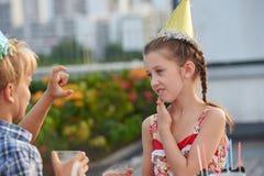 Causerie avec l'ami à la fête d'anniversaire Photographie stock libre de droits