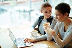 Causerie avec l'ami dans le café Images libres de droits
