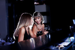 Causerie dans le bar Images stock