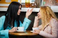 Causerie de deux amis en café Images stock